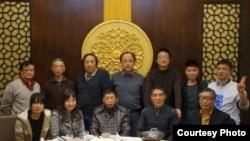 谢丹(后排左1)参加上海同城聚餐 (博讯网络图片)