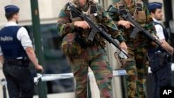 Tentara Angkatan Darat Belgia berpatroli dalam sidang pengadilan Mohamed Abrini, tersangka serangan di Paris dan Brussels. (Foto: dok.)