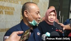 Tri Siswanto dan Budi Arifah memebrikan keterangan pers mengenai menipinya stok darah PMI Kota Surabaya. (Foto: VOA/ Petrus Riski)