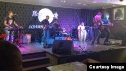 Jon Delinger in live performance at Hard Rock Cafe