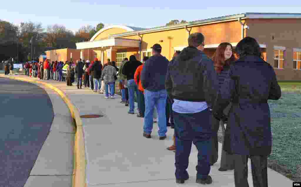 Cử tri xếp hàng bên ngoài điểm bỏ phiếu ở trường tiểu học Yorkshire ở Manassas, hạt Prince William, bang Virginia, ngày 6 tháng 11, 2012. (David Byrd/VOA)