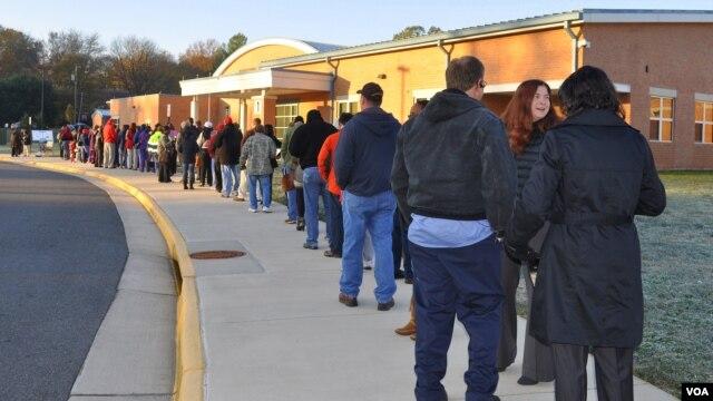Eleitores americanos na cidade de Manassas na Virginia em linha de espera para a votação - 6 de Novembro 2012