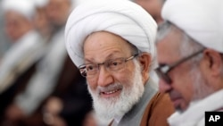 Ulama terkenal Shiah Bahrain, Sheikh Isa Qassim (tengah/foto: dok).
