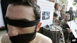 叙利亚反政府人士在抗议中演示政府侵犯人权的行为(2009年12月10号资料照)