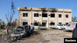 Mobil dan gedung yang rusak akibat ledakan di dekat markas polisi di kota Zliten, Libya, 7 Januari 2016.