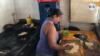 Faisuris prepara una tradicional empanada, que se hace mezclando harina de maíz precocida – la misma que se usa para la arepa -, agua y sal; y varios tipos de rellenos son posible. Foto: VOA.