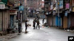 وادی کشمیر کے کئی علاقوں میں ڈیڑھ مہینہ گزرنے کے باوجود اب بھی مسلسل کرفیو جیسی پابندیاں جاری ہیں۔