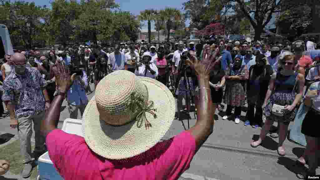 Doa bersama di depan Gereja Emmanuel AME menyusul penembakan massal di Charleston, South Carolina (18/6). (Reuters/Brian Snyder)