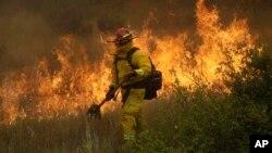 Vatrogasac se bori sa požarom Mendocino, 30. juna 2018, u Lakeport, Californija.