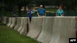美国国会西侧7月2日安置了水泥隔离墩,为7月4日独立日安全做准备。