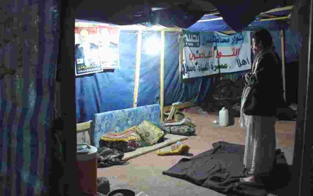 Seorang pria di dalam tenda para demonstran di Sana'a menjalankan sholat pada malam sebelum hari pemilihan di Yaman, 20 Februari 2012 (VOA - E. Arrott).