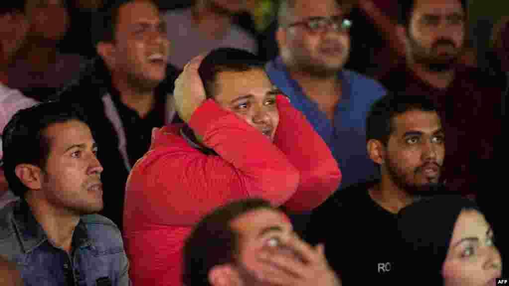 Les fans de football égyptiens réagissent en regardant le dernier match de football de la Ligue des champions de la CAF entre Al-Ahly et le Wydad Casablanca, le 4 novembre 2017.