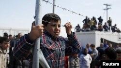 Para migran di kamp sementara di Idomeni, Yunani pasca bentrokan kecil dengan polisi Yunani, Selasa (29/3).