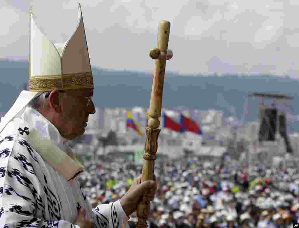 O Papa Francisco com o seu ceptro pastoral ao celebrar a missa no Parque Bicentennial em Quito, Equador, 7 de Julho, 2015.