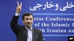 Iranian President Mahmoud Ahmadinejad flashes a victory sign at a press conference, Tehran, June 7, 2011 (file photo).