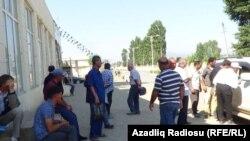 """Masallı rayonunda """"qul bazarı"""" (Foto AzadlıqRadiosu-nun səhifəsindən götürülüb)"""