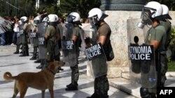 Obezbeđenje ispred grčkog parlamenta za vreme studentskih demonstracija protiv predloženih mera štednje, Atina 22. septembar 2011.
