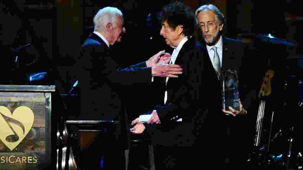 """L'ancien président des Etats-Unis Jimmy Carter, présente à Bob Dylan un prix """"MusiCares Person of the Year"""" à Los Angeles, le 6 février 2015."""