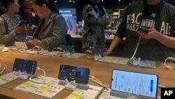 大眾在北京的一家電子商店試用華為智能手機。(2019年5月20日)