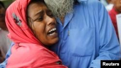 一名妇女2013年5月4日在孟加拉达卡市郊的萨瓦尔悼念在倒塌的拉纳制衣厂大楼中被压死的丈夫。她的丈夫是这家制衣厂的一名工人