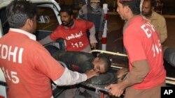 نیروهای داوطلب مجروحان را به بیمارستان منتقل می کنند.