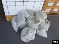 台北車站附近一店鋪門前擺放的沙袋(美國之音林楓拍攝 )