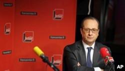 លោកប្រធានាធិបតីបារាំង Francois Hollande កំពុងទទួលសំនួរក្នុងពេលធ្វើបទសម្ភាស៍ជាមួយវិទ្យុបារាំង France Inter នៅទីក្រុងប៉ារីស កាលពីថ្ងៃទី៥ ខែមករា ឆ្នាំ២០១៥។