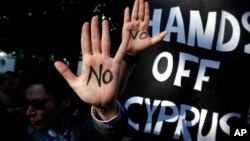 Demonstranti ispred zgrade parlamenta u Nikoziji