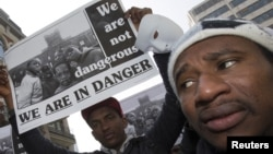 유럽연합 정상회의가 열린 벨기에 브뤼셀에서 23일 인권단체 관계자들이 지중해 난민 지원 대책을 요구하는 시위를 벌였다.