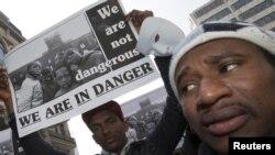 非政府组织成员和寻求避难者在欧盟领导人开会的会场外面示威