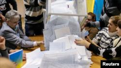 Ukrajinski predsednik Petro Porošenko pozdravio je preliminarne rezultate izbora rekavši da oni pokazuju da narod podržava njegov pro-zapadni kurs, demokratske reforme i plan za okončanje konflikta na istoku zemlje