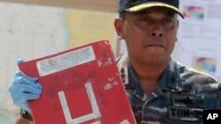Kapten kapal patroli KRI Bung Tomo Kolonel Yayan Sofyan menunjukkan salah satu bagian pesawat AirAsia QZ8501 yang ditemukan (5/1).