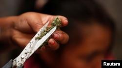 در آمریکا این دعوا هنوز به جایی نرسیده که ماریجوانا در واقع مخدر است یا میتواند به عنوان مصارف دارویی به رسمیت شناخته شود