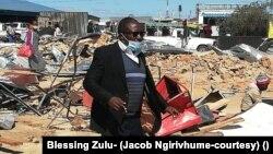 Mutungamiri weTransform zimbabwe VaJacob Ngarivhume vari paMbudzi pakaputswa zvivakwa nemapurisa
