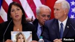 지난 23일 마이크 펜스 미국 부통령(오른쪽)이 베네수엘라에서 망명한 이민자들을 만나 증언을 듣고 있다. 한 여성이 반정부 시위 중 사망한 딸의 사진을 들고 있다.