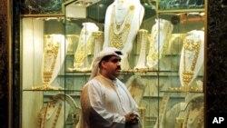 Seorang warga melitasi toko perhiasan emas untuk pernikahan di Dubai Gold Souk (Foto: dok). Dubai menggelar kontes penurunan berat badan berhadiah emas untuk meningkatkan kesadaran tentang tingkat obesitas yang meningkat di kawasan tersebut.