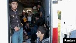 Des enfants migrants dans une camionnette après avoir été arrêtés par la police sur l'autoroute près de Gyor, en Hongrie, le 6 septembre 2015. (Photo REUTERS/David W Cerny)