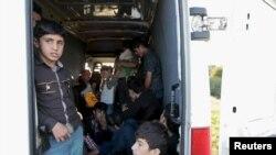 Trẻ em di dân trong một chiếc xe tải sau khi bị cảnh sát chặn lại trên xa lộ gần Gyor, Hungary, ngày 6 tháng 9, 2015.