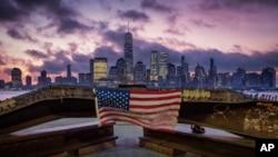 ທຸກຊາດ ສະຫະລັດ ທີ່ແຂວນຢູ່ຮາງເຫຼັກທີ່ໄດ້ຮັບຄວາມເສຍຫາຍຈາກການໂຈມຕີ World Trade Center ໃນວັນທີ 11 ກັນຍາ 2001.