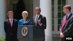 Barack Obama dio a conocer el nombramiento de Richard Cordray (derecha) en la Casa Blanca.
