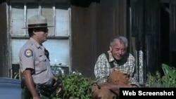 法兰克和公园解说员(美国之音网络截图)