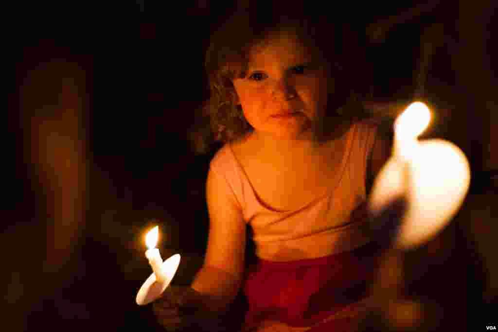美国马里兰居民烛光守夜悼念枪击案死难者(美国之音常晓拍摄)