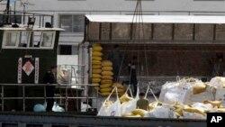중국 단둥에서 바라본 북한 접경 도시 신의주. 중국에서 넘어온 식량을 트럭에 옮겨 싣고 있다. (자료사진)
