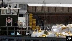 중국 단둥에서 바라본 북한 접경 도시 신의주. 중국에서 넘어온 식량을 화물차에 옮겨 싣고 있다. (자료사진)