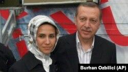 Tayyip Erdoğan, 2011'de çekilen kızı Sümeyye'yle birlikte bir etkinlikte