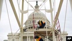 Des ouvriers s'activant sur l'esplanade du Congrès pour la cérémonie d'investiture du 20 janvier 2017