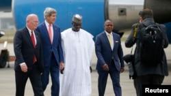 美国国务卿克里(左起第二人)抵达尼日利亚城市拉各斯