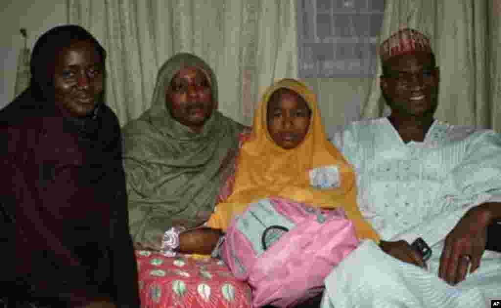 Jamila al-Mustapha tare da iyayenta a ofishin hukumar tsaro ta kasa, SSS, a Bauchi, bayan da aka kwato ta a daren alhamis, 18 Nuwamba 2010 daga hannun wadanda suka sace ta makonni biyu kafin nan.