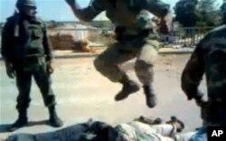 Humus'taki tüm yaralıların askeri hasteneye kaldırılmaları şart. Hastaneye taşınan yaralı eylemcilerin üzerinde sıçrayan askerler