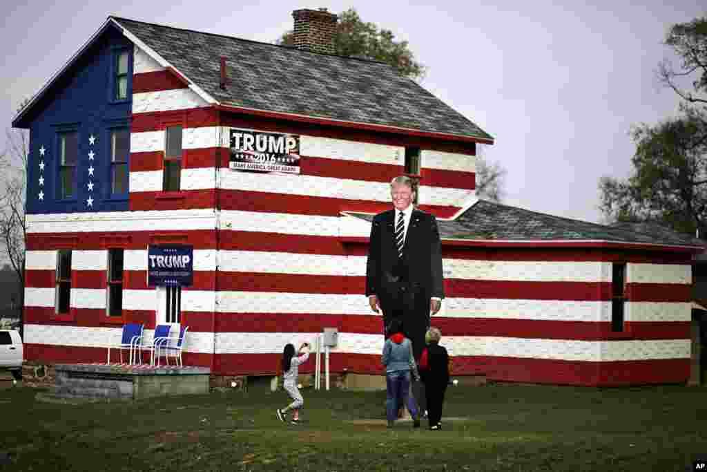 យុវនារីម្នាក់ថតរូបបេក្ខជនប្រធានាធិបតីគណបក្សសាធារណរដ្ឋលោកដូណាល់ ត្រាំនៅពីមុខ Trump House ដែលជាកម្មសិទ្ធិរបស់លោកស្រី Lisa Rossi ក្នុងក្រុង Youngstown រដ្ឋ Pennsylvania កាលពីថ្ងៃទី០៨ ខែវិច្ឆិកា ឆ្នាំ២០១៦។